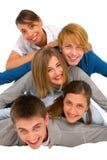 Adolescentes que ponen en pila Imágenes de archivo libres de regalías