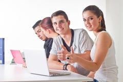 Adolescentes que practican surf el Web Imagen de archivo libre de regalías