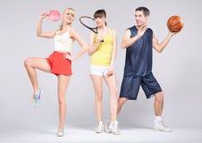 Adolescentes que praticam alguns esportes durante a mola Fotografia de Stock