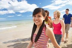 Adolescentes que recorren en la playa Foto de archivo libre de regalías
