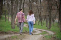 Adolescentes que recorren a lo largo del callejón Imagen de archivo