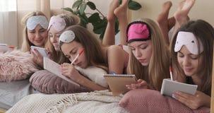 Adolescentes que redigem a lista de objetivos pretendidos no bloco de notas video estoque