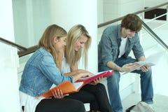 Adolescentes que revisan junto Foto de archivo libre de regalías