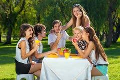 Adolescentes que riem um gracejo junto Imagem de Stock Royalty Free