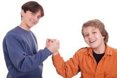 Adolescentes que sacuden las manos Imágenes de archivo libres de regalías