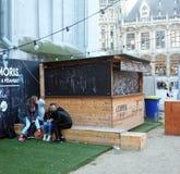 Adolescentes que se besan en la ciudad Foto de archivo libre de regalías