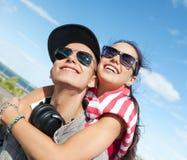 Adolescentes que se divierten afuera Foto de archivo libre de regalías