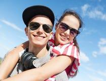 Adolescentes que se divierten afuera Fotos de archivo