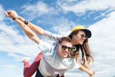 Adolescentes que se divierten afuera Imagen de archivo