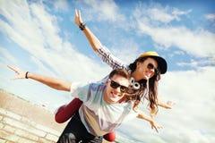 Adolescentes que se divierten afuera Imagen de archivo libre de regalías