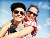 Adolescentes que se divierten afuera Imagenes de archivo