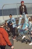 Adolescentes que se divierten con el carro de la compra en parque del monopatín Imagen de archivo
