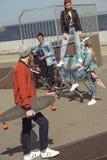 Adolescentes que se divierten con el carro de la compra en parque del monopatín Foto de archivo libre de regalías