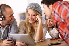 Adolescentes que se divierten con la tableta Imágenes de archivo libres de regalías