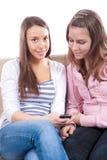 Adolescentes que se divierten con un teléfono celular Imagenes de archivo