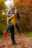 Adolescentes que se divierten en el bosque Imagen de archivo