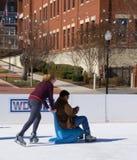 Adolescentes que se divierten en el hielo Imágenes de archivo libres de regalías