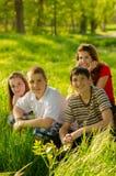 Adolescentes que se divierten en el prado Imagen de archivo