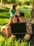 Adolescentes que se divierten en la naturaleza Fotografía de archivo libre de regalías
