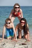 Adolescentes que se divierten en la playa Foto de archivo libre de regalías