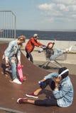 Adolescentes que se divierten en parque del monopatín Fotos de archivo libres de regalías