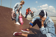 Adolescentes que se divierten en parque del monopatín Imágenes de archivo libres de regalías