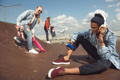 Adolescentes que se divierten en parque del monopatín Foto de archivo