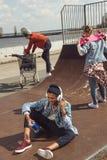 Adolescentes que se divierten en parque del monopatín Imagen de archivo libre de regalías