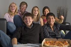 Adolescentes que se divierten y que comen la pizza Foto de archivo libre de regalías