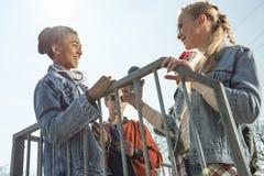 Adolescentes que se divierten y que presentan en parque del monopatín Imagen de archivo libre de regalías