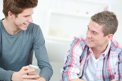 Adolescentes que se ríen del mensaje de texto Fotos de archivo libres de regalías