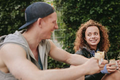 Adolescentes que se relajan al aire libre y que sonríen Fotografía de archivo