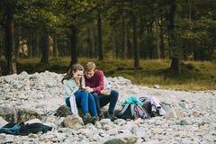 Adolescentes que se relajan después de caminar Imagenes de archivo