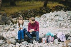 Adolescentes que se relajan después de caminar Imágenes de archivo libres de regalías