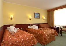 Adolescentes que se relajan en dormitorio Imagenes de archivo