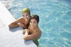 Adolescentes que se relajan en The Edge de la piscina Imagen de archivo
