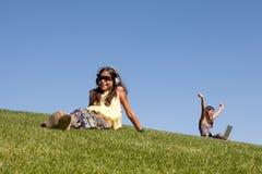 Adolescentes que se relajan en el parque Imagenes de archivo
