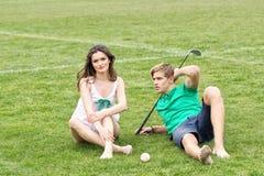 Adolescentes que se relajan en un campo de hierba verde Fotos de archivo