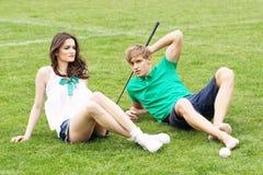 Adolescentes que se relajan en un campo de hierba verde Foto de archivo libre de regalías