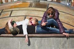 Adolescentes que se relajan en una calle de la ciudad Imagenes de archivo
