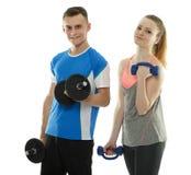 Adolescentes que se resuelven con pesas de gimnasia Fotos de archivo libres de regalías
