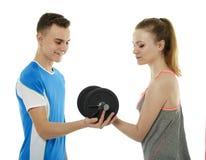 Adolescentes que se resuelven con pesas de gimnasia Foto de archivo