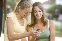 Adolescentes que se sientan afuera Imágenes de archivo libres de regalías