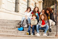 Adolescentes que se sientan junto en los pasos al aire libre Foto de archivo