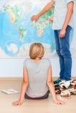 Adolescentes que se sientan por el mapa en sala de clase Fotos de archivo