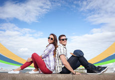 Adolescentes que sentam-se de volta à parte traseira Imagem de Stock Royalty Free