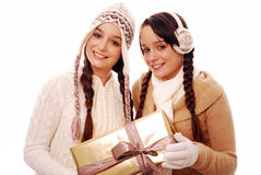 Adolescentes que sostienen el regalo de la Navidad Fotografía de archivo