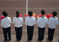 Adolescentes que sostienen las flores Imagen de archivo