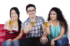 Adolescentes que sostienen los vidrios de champán Foto de archivo