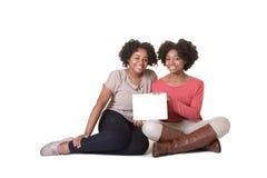 Adolescentes que sostienen una tableta Fotografía de archivo